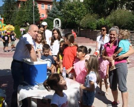 Миньор протестира в Родопите, като раздава... безплатен сладолед на децата