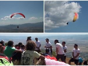Парапланеристи от цял свят летят като птици в небето над Сопот