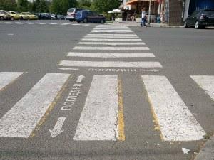 Пенсионер сам нарисува пешеходна пътека до дома си
