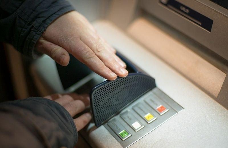 Арестуваха българин в Индонезия заради измами с банкови карти