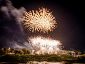 Пищно светлинно шоу освети небето в Пловдив