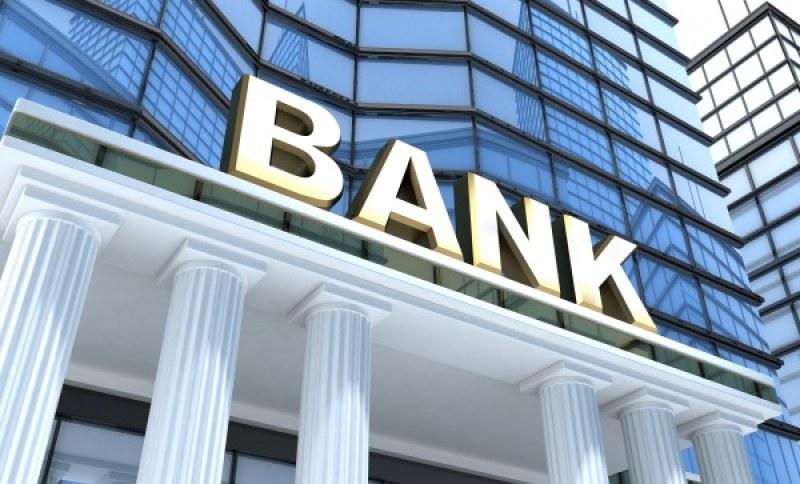 Банките наваксват ниските лихви с по-солени такси