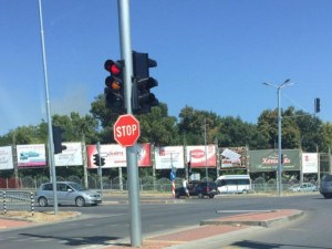 Пловдивчанин се заби в светофар с колата си, опита се да избяга