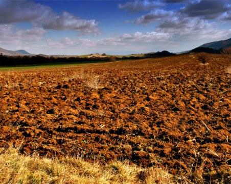 Земеделец намери стара бомба, докато оре нивата си в Тетевенско