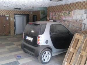 Когато колата ти е малка и решиш да я паркираш във входа?!