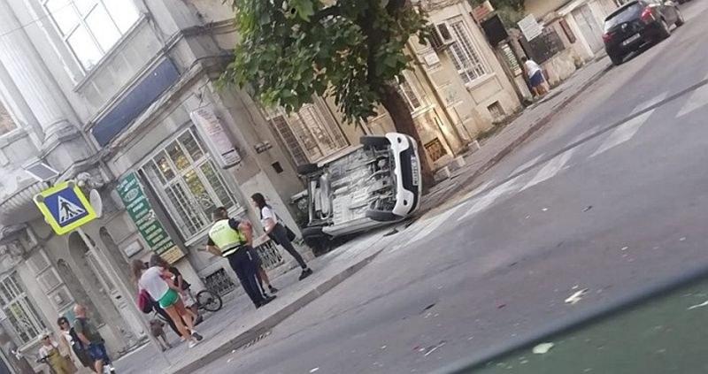 Зрелищна каскада в центъра на Варна, кола се обърна по таван