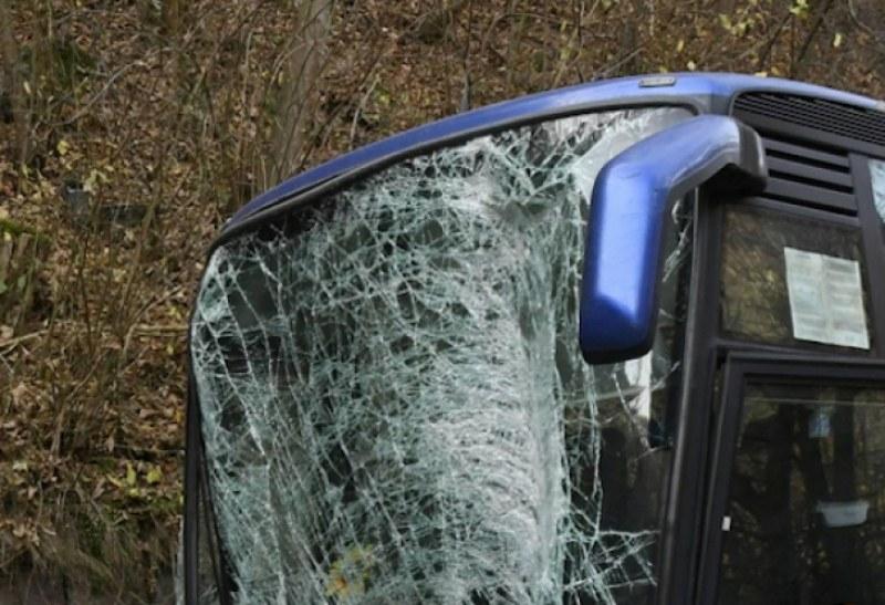 Автобус и ТИР се удариха на АМ Хемус! Седем души са пострадали