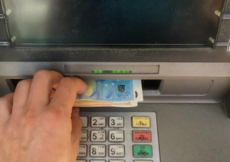 Банкомат в Хърватия взе да бълва пари, полицаи събраха над 10 бона