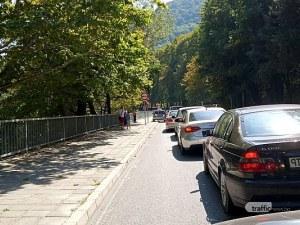 Стотици изпълниха Бачковския манастир на Малка Богородица, по пътя се образува тапа