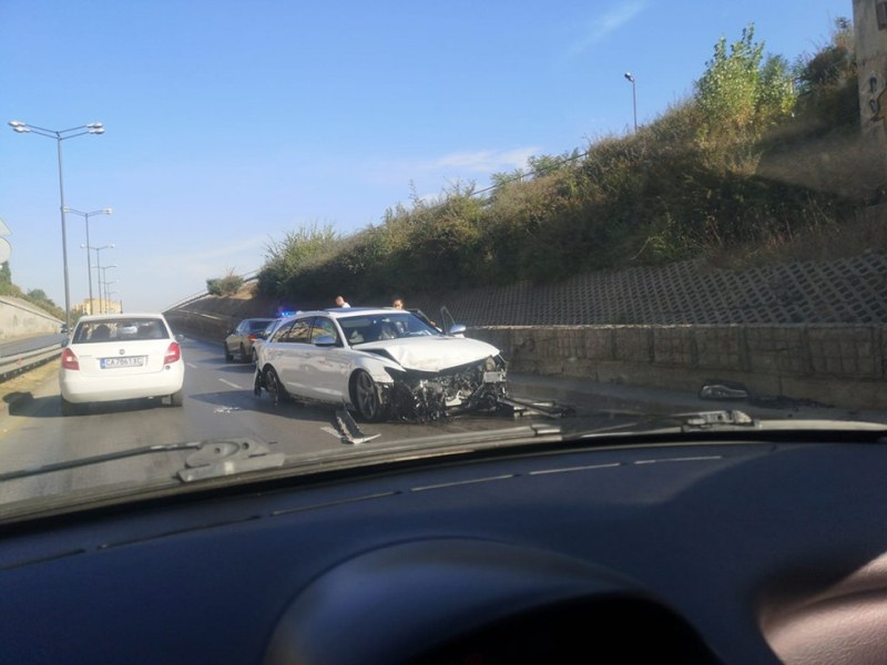 БМВ остана без броня на централен столичен булевард, шофьорът профучал с висока скорост