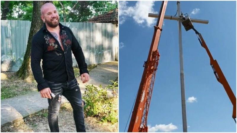Динко и дружина вдигнаха голям 24-метров кръст в края на родния Ямбол