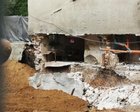 Срути се стена на жилищна сграда в Бургас, евакуираха възрастен мъж