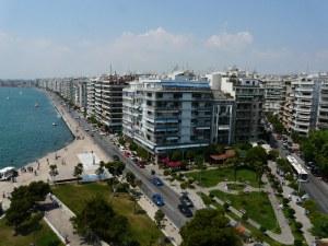 Издирват серийна обирджийка в Солун, която прегръщала жертвите си