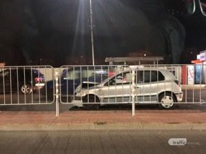 Катастрофа на натоварен булевард в Пловдив – кола стои на пътя с разбита предница