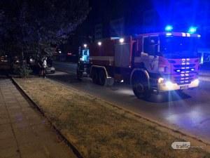 Кола се запали в движение на пловдивски булевард, пожарникари гасят огъня