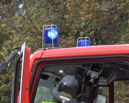 Шест екипа пожарникари се борят с пожара край Котел