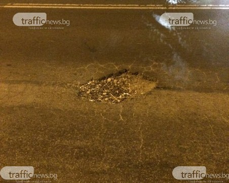 Внимание! Коварна дупка реже гуми на прясно асфалтирана улица в София