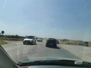 Движението около Стряма остава затруднено, колите минават по обходни маршрути