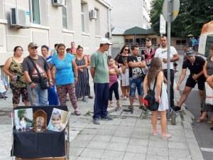 Връчват на депутатите в ученическа чанта подписката срещу намалените присъди за убийци
