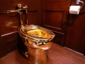 Задигнаха 18-каратова златна тоалетна от английски дворец