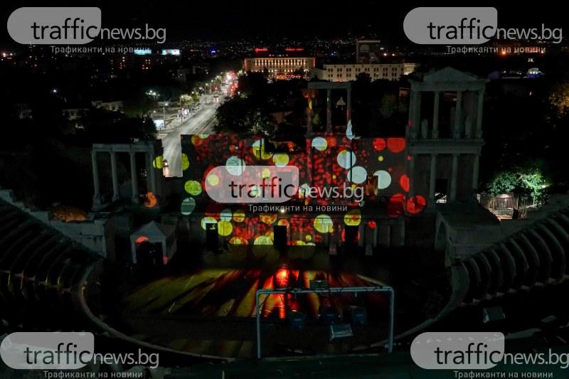 Жонгльори с огън и визуални спектакли на Античния театър плениха хиляди на НОЩ/Пловдив