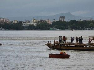 12 загинаха след обръщане на туристическа лодка