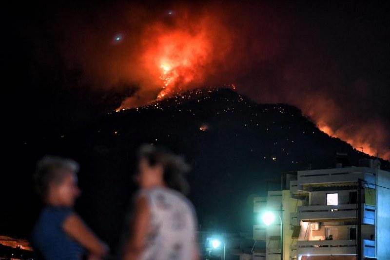 Вятърът разпалва огромния пожар край Атина, 160 се борят с пламъците