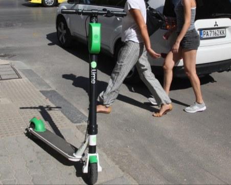 Е-тротинетките като велосипедите, карат ги без каски и по улици със скорост до 50 км/ч