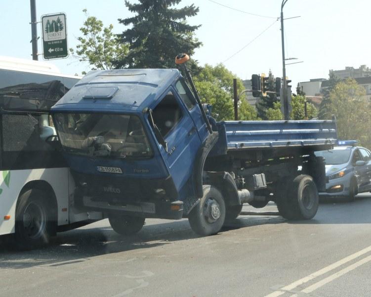 Камион се заби в автобус до руското посолство в София