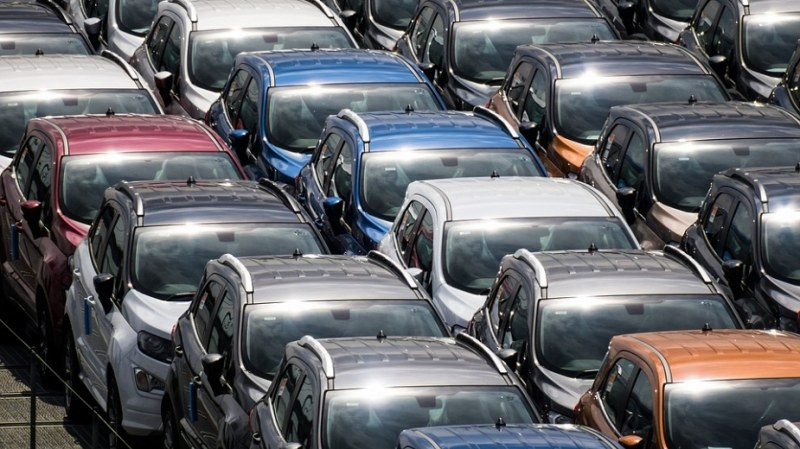 Купуваме повече нови коли, в Европа продажбите намаляват