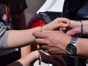 Арестуваха магазинерка в Асеновград, продавала дрехи ментета