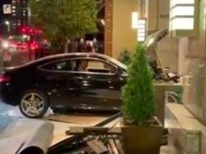 Кола се вряза в сграда на Тръмп, има ранени