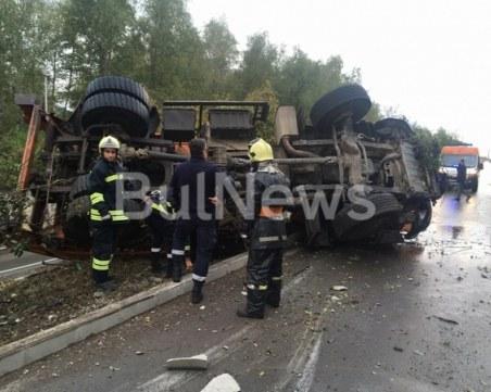 Камион на БКС се преобърна на пътя, пожарникари вадят шофьора