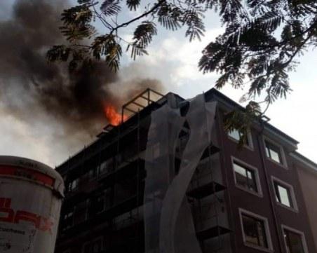 Над 6 часа е горял покривът на сграда във Велико Търново