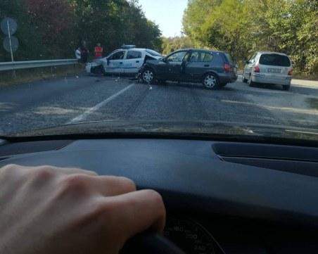 Патрулка и лек автомобил се нанизаха край Велико Търново