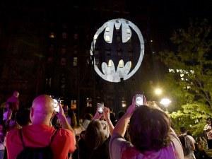 Батман стана на 80 години! Знакът му се появи в 13 града