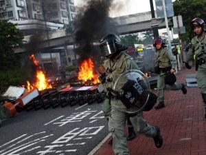 """Сблъсък с полицията в Хонг Конг, хвърчат тухли и коклейли """"Молотов"""""""