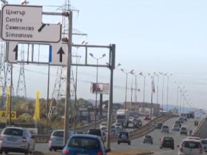 Стари табели висят по Околовръстното в София, създават опасност за движението