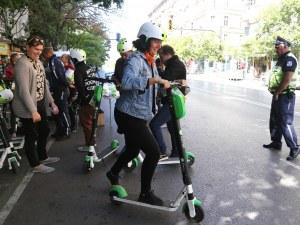 Вместо коли в центъра на София: Пикник и електрически тротинетки насред шумен булевард