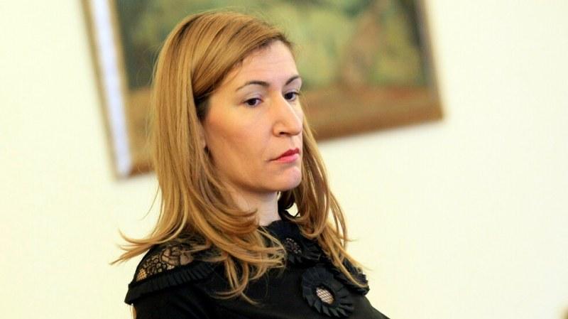 Министър Ангелкова прогнозира спад на туризма след фалита на
