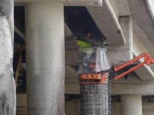 Започна ремонтът на горелия мост край Дупница, поправят колони и греди