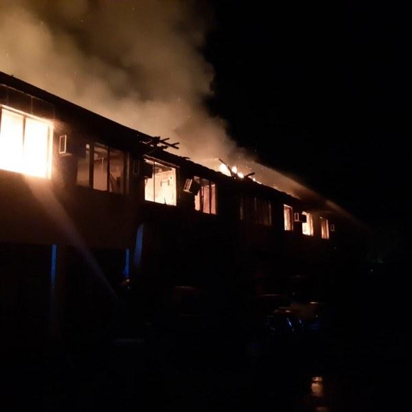 Запали се лечебният център в Първомай – изгоряха вторият етаж и покривът на сградата