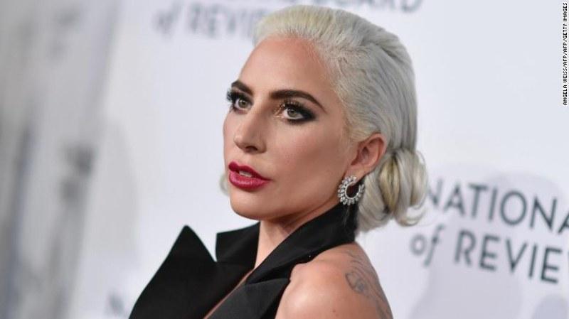 Папараци обградиха Лейди Гага, тя се строполи на земята