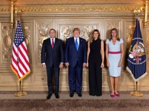 Президентът Радев и половинката му се наредиха за семейна снимка с Тръмп