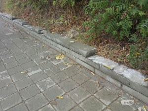 Вандали изкъртиха и взеха циментовата ограда край Младежкия хълм