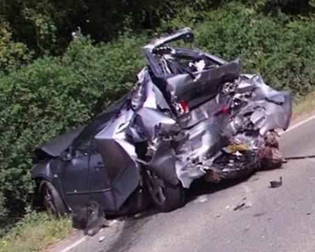 Челна катастрофа: Двама души загинаха, пътят е затворен
