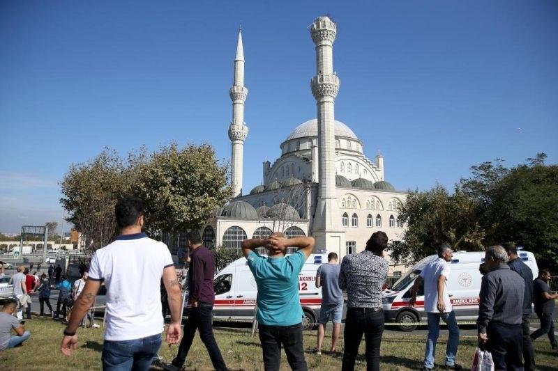 8 ранени при труса в Истанбул, срутиха се минарета на две джамии