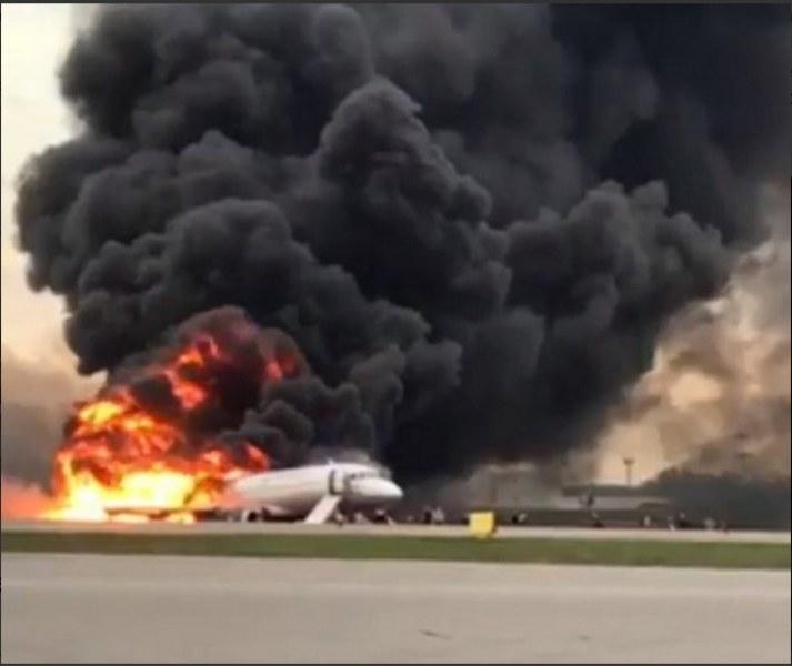 Близо 60 ранени при аварийно кацане на горящ самолет в Русия