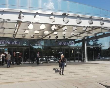Евакуират пътници от летището в София, токов удар включил алармата