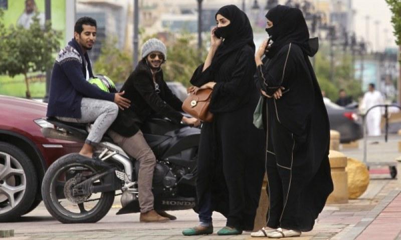 Саудитска Арабия се отваря за туристи, отпадат черните роби за чужденките